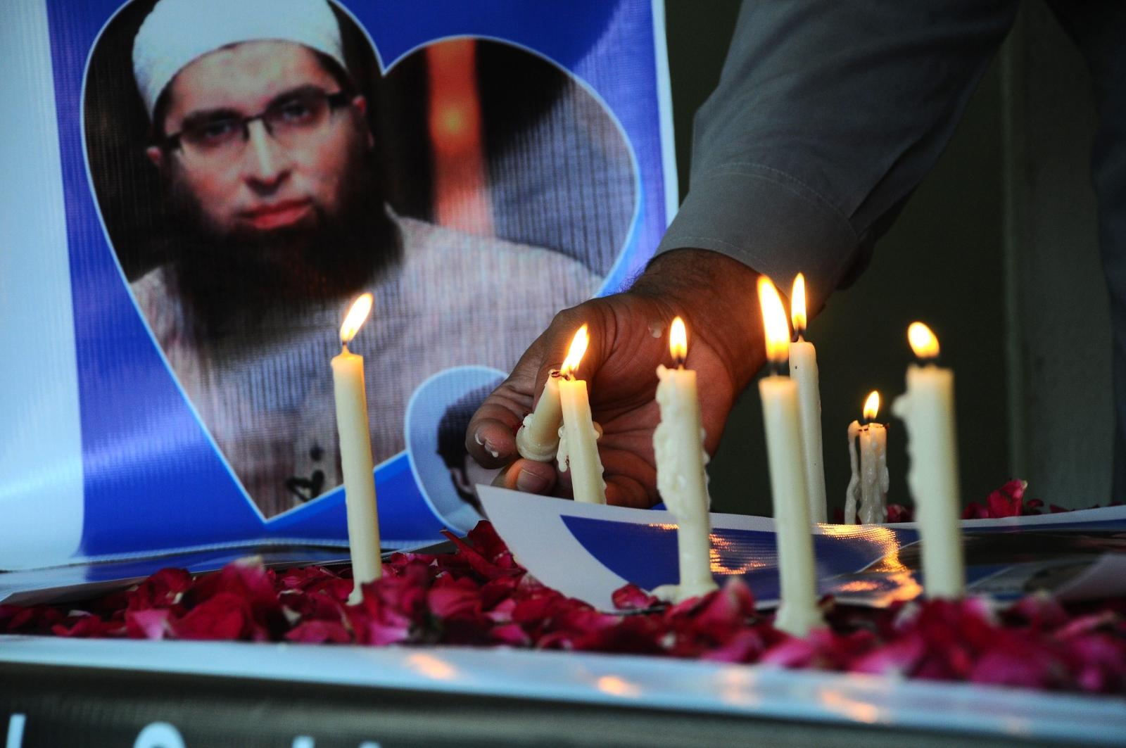 Zapalone świeczki ku pamięci ofiar wypadku samolotu w Pakistanie. Fot. PAP/EPA/FAISAL KAREEM