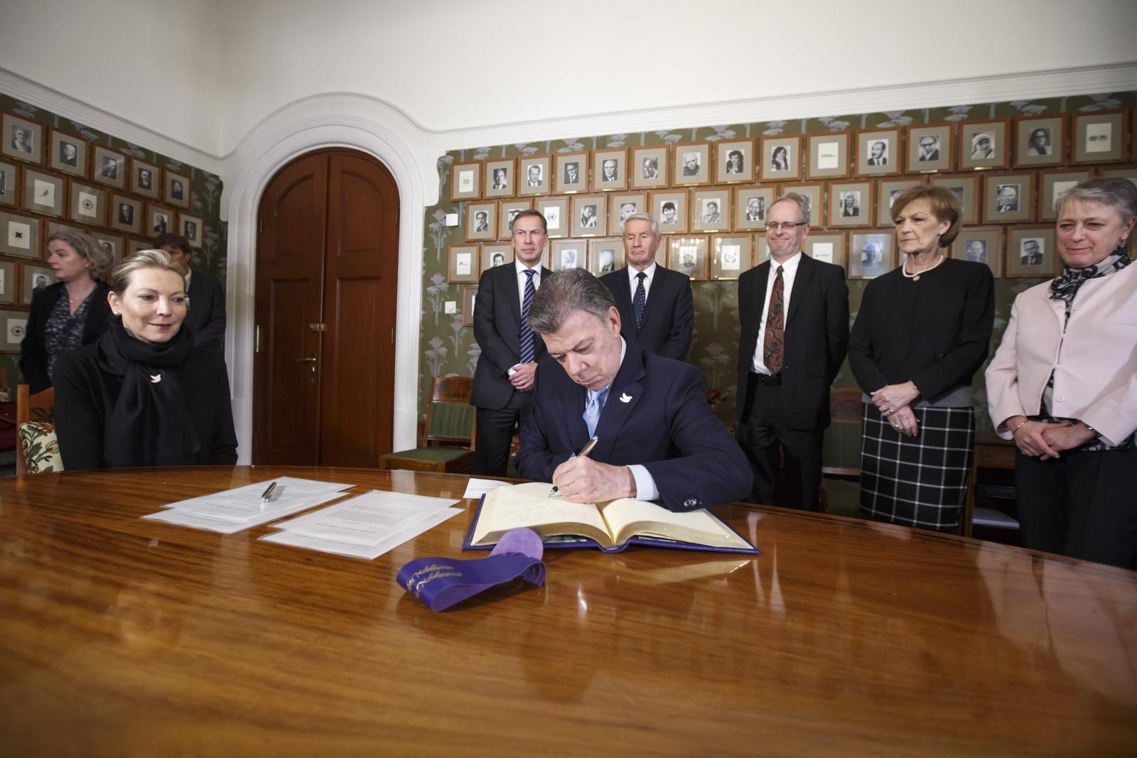 Prezydent Kolumbii Juan Manuel Santos podpisuje protokół o otrzymaniu Pokojowej Nagrody Nobla. Fot. PAP/EPA/HEIKO JUNGE