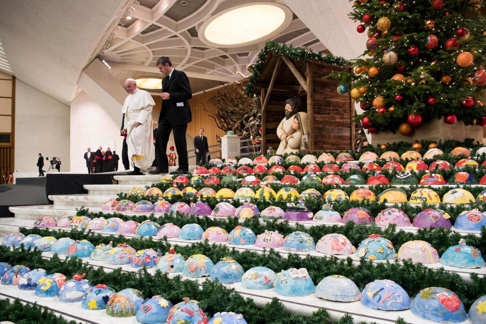 Dekoracja świąteczne w Hallu Pawła VI w Watykanie. Fot. PAP/EPA/OSSERVATORE ROMANO