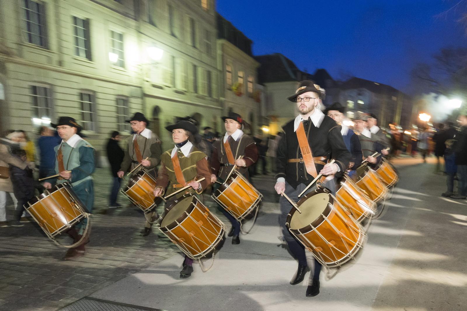 Członkowie stowarzyszenia Compagnie 1602 odtwarzają paradę w czasie rocznicy demonstracji Fete de l'Escalade w mieście Genewa, Szwajcara.