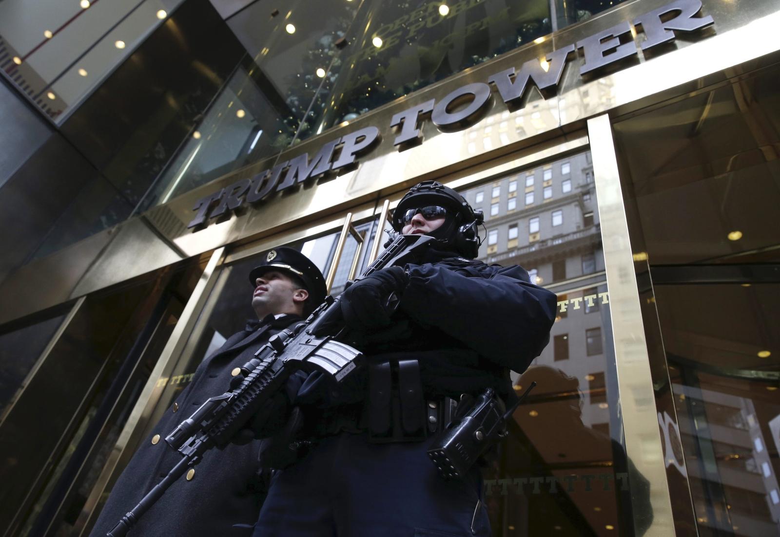 Uzbrojony policjant z Nowojorskiego Departamentu Policji pilnuje porządku przed Trump Tower.