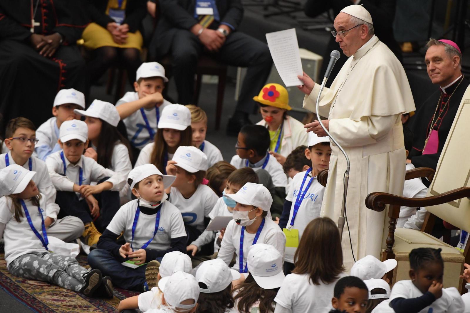 Podczas audiencji papież Franciszek spotkał się z pacjentami i pracownikami szpitala Bambino Gesu w Watykanie. Fot. PAP/EPA/CLAUDIO PERI