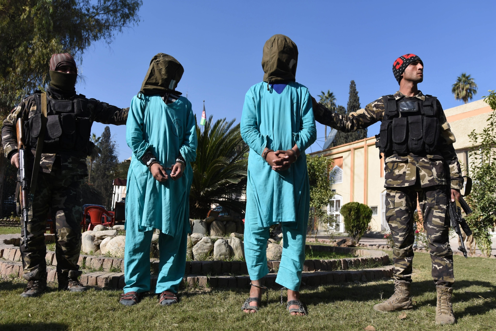 W Jalalabad w Afganistanie zatrzymano podejrzewanych o planowanie wybuchu bombowego w formie samobójstwa w imię religii.    Fot. PAP/EPA/GHULAMULLAH HABIBI