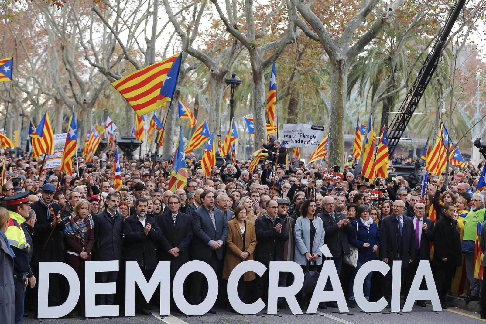Przewodnicząca parlamentu Katalonii Carme Forcadell stanęła w piątek przed Najwyższym Trybunałem Sprawiedliwości Katalonii w Barcelonie. Jest oskarżona o to, że dopuściła w tym parlamencie do głosowania nad prawem regionu do proklamowania niepodległości.Podczas rozprawy poparcie dla Carme Forcadell demonstrowały pod siedzibą Trybunału setki Katalończyków. Fot. PAP/EPA/ALEJANDRO GARCIA