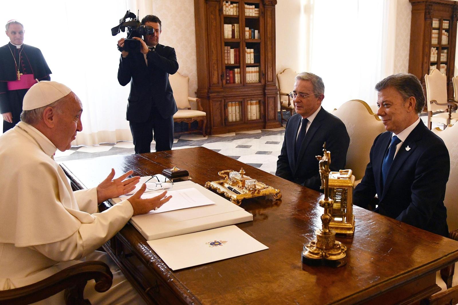 Spotkanie papieża Franciszka z prezydentem Kolumbii Juanem Manuelem Santosem i byłm prezydentem Alvaro Uribe. Fot. PAP/EPA/VINCENZO PINTO