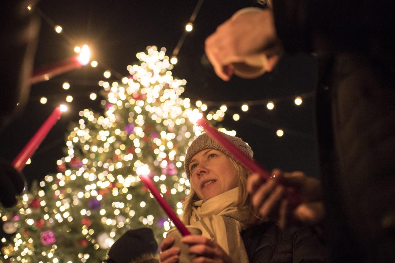 Ludzie palą świeczki w celu upamiętnienia ofiar ataku w Berlinie. Zurych, Szwajcaria.