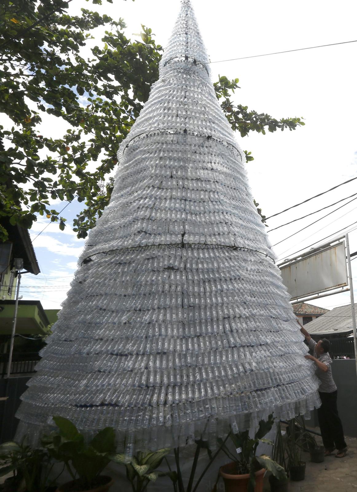 Choinka w Indonezji zrobiona z ponad 6tys. plastikowych butelek.    Fot. PAP/EPA/ADI WEDA