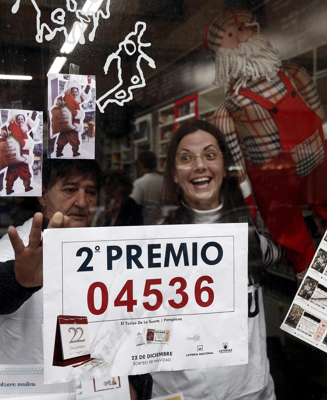 W Hiszpanii wylosowano drugą nagrodę słynnej bożonarodzeniowej loterii El Gordo. Fot. PAP/EPA/JESUS DIGES