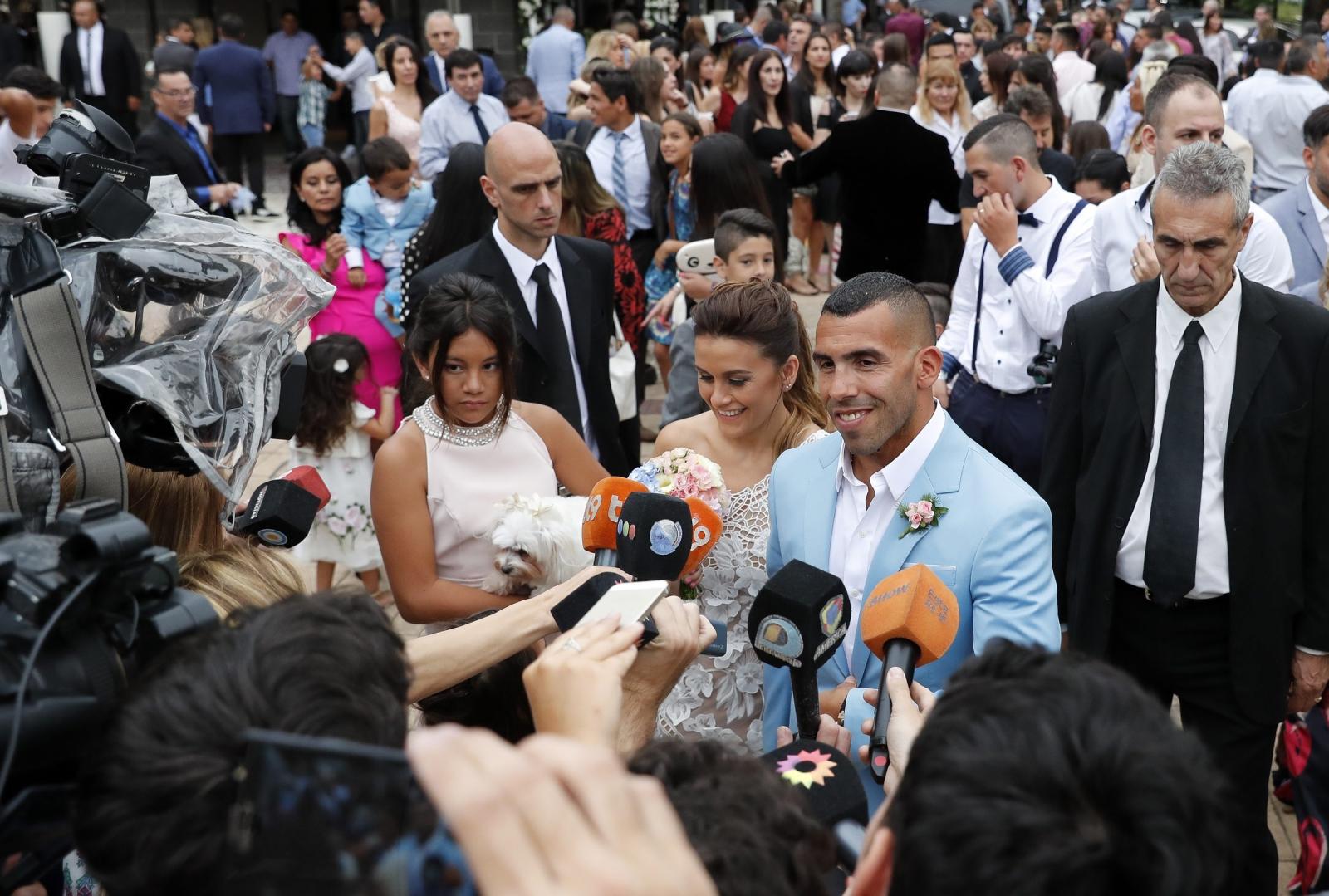 Ślub słynnego argentyńskiego piłkarza z klubu Boca Juniors, Carlosa Teveza. Fot. PAP/EPA/DAVID FERNANDEZ