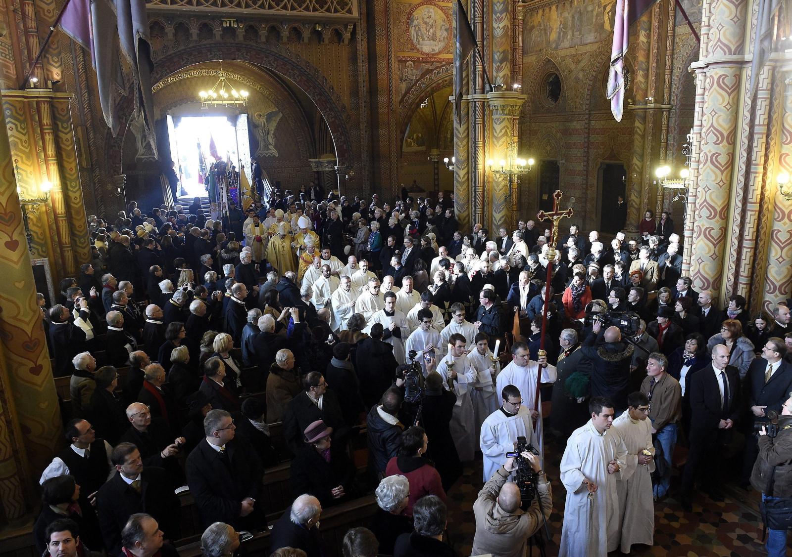 Prymas węgierskiego kościoła katolickiego, kard. Peter Erdo na mszy w setną rocznicę koronacji ostatniego króla Węgier, błogosławionego Karola IV.  Fot. PAP/EPA/TAMAS KOVACS HUNGARY OUT
