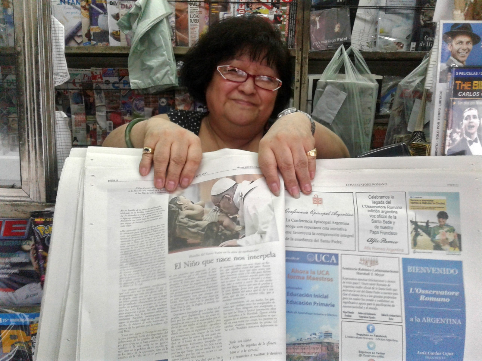 Pierwsze lokalne wydanie L'Obsservatore Romano w Buenos Aires.  Fot. PAP/EPA/RODRIGO GARCIA