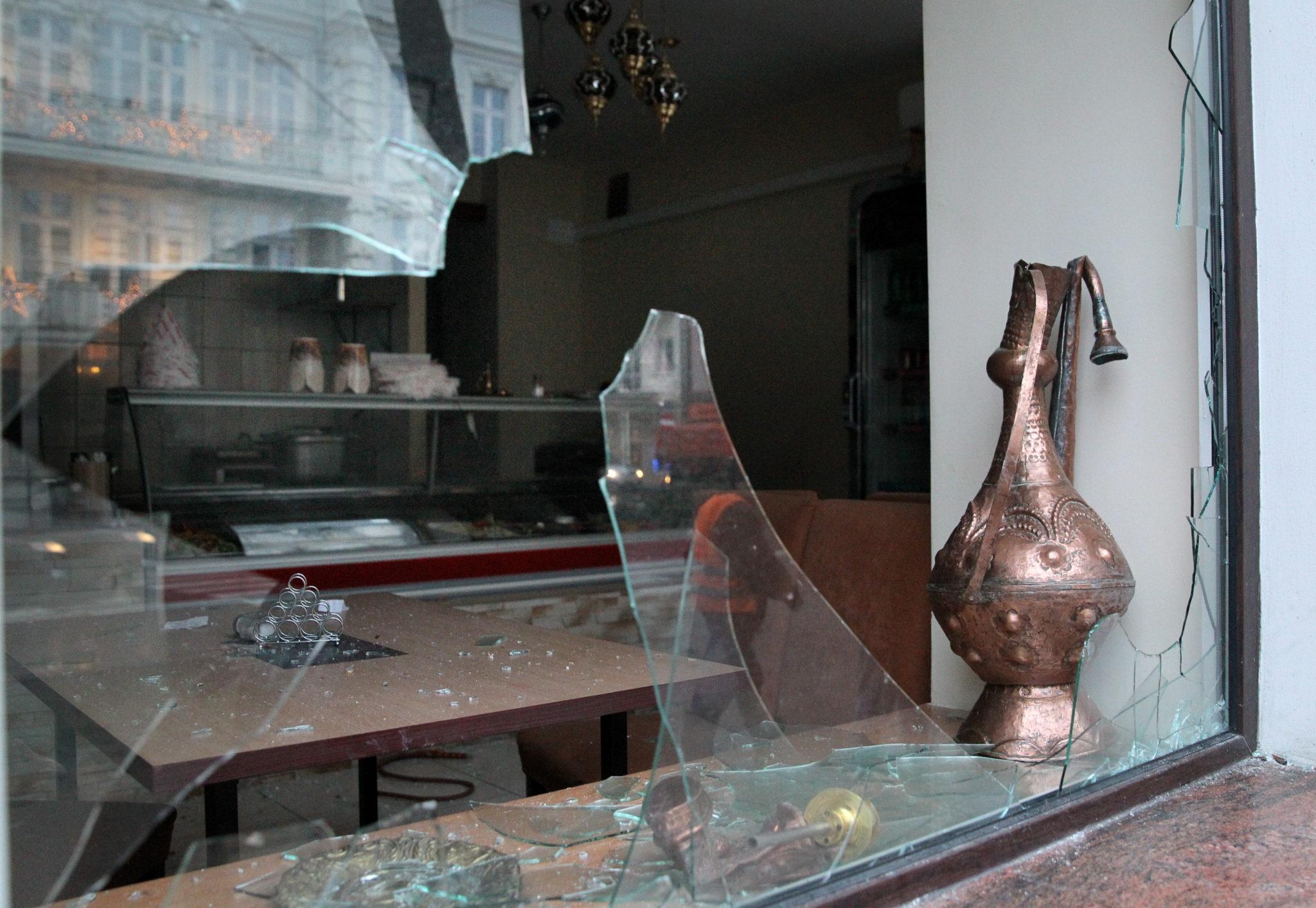 Polska: zdemolowany bar w Ełku. Do zdarzenia doszło po zabójstwie 21. latka (foto. PAP/Tomasz Waszczuk)