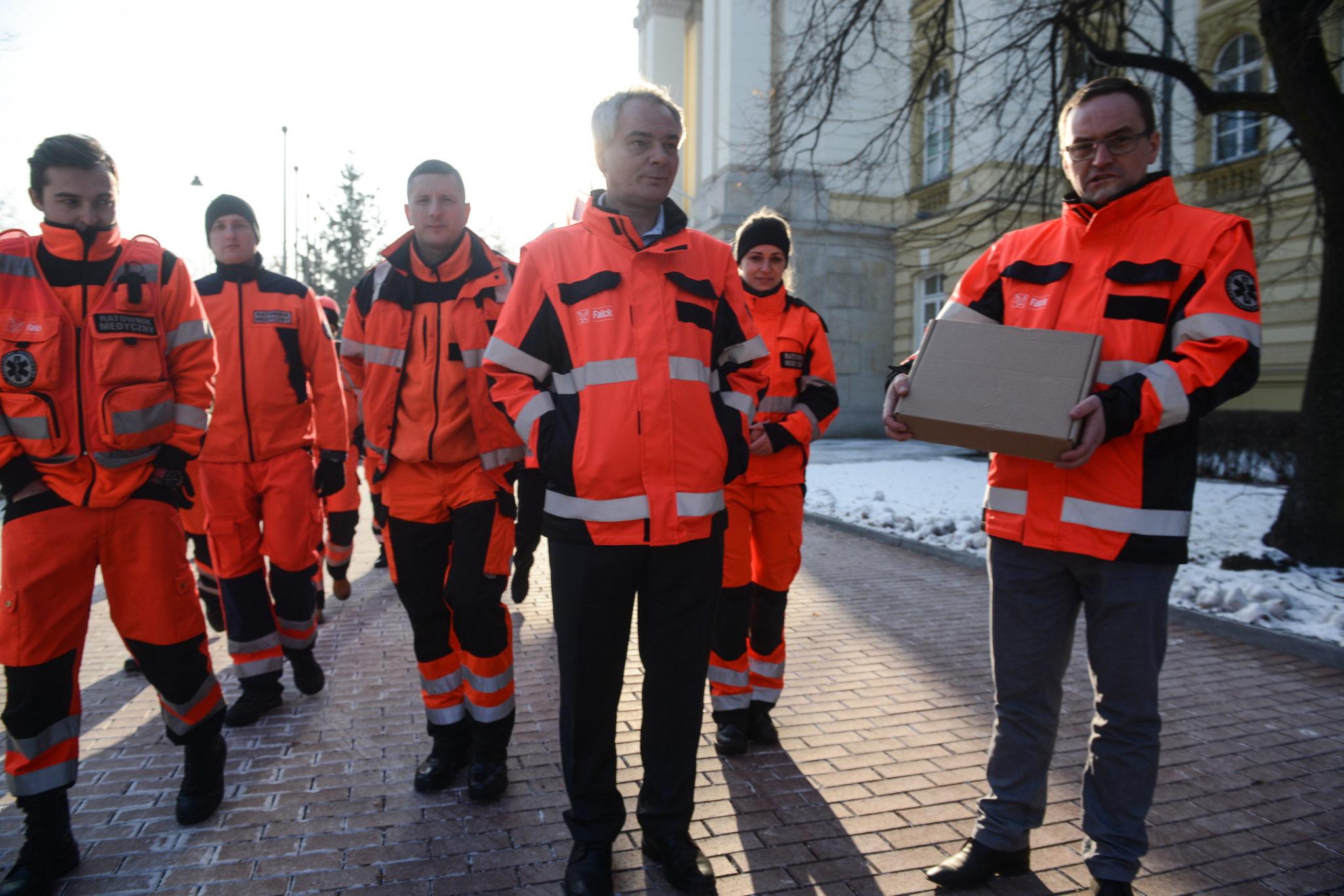 Polska: delegacja pracowników Falck Medycyna przed Kancelarią Prezesa RAdy Ministrów (foto. PAP/Jakub Kamiński)
