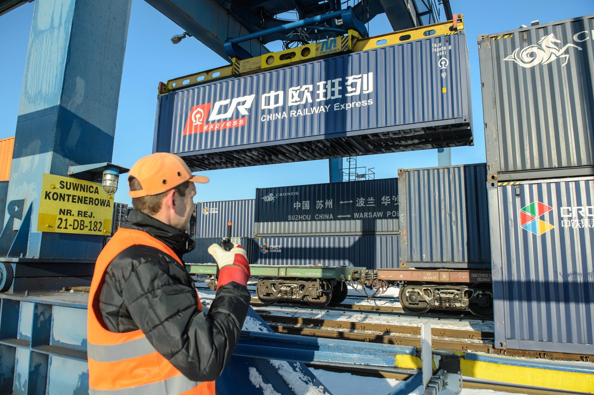 Polska: przeładunek pociągu kontenerowego z Chin do Londynu w Małszewiczach (foto. PAP/Wojciech Pacewicz)