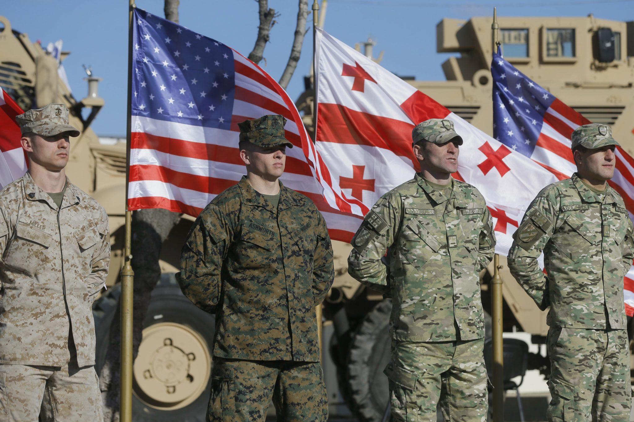 Gruzja: senator John McCain w bazie wojskowej NATO w Tbilisi(foto. PAP/EPA/ZURAB KURTSIKIDZE)