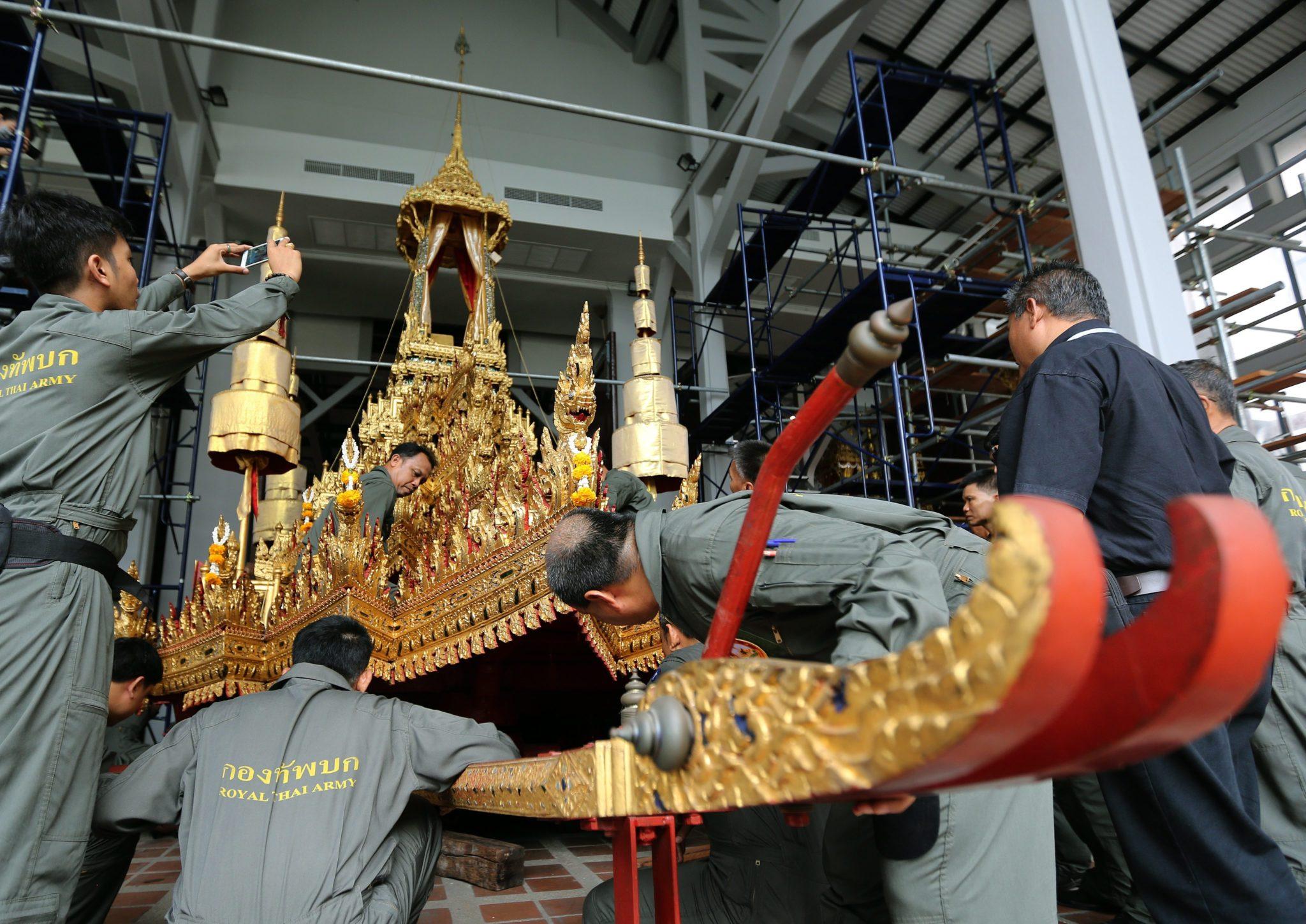 Tajlandia: przygotowania do pochówku króla Bhumibol Adulyadej w Narodowym Muzeum w Bangkoku (foto. PAP/EPA/NARONG SANGNAK)
