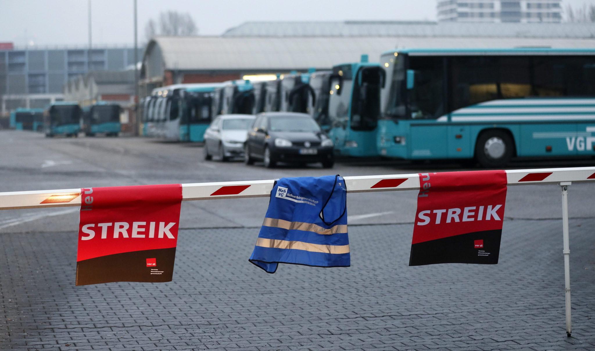 Niemcy: strajk prywatnych przewoźników autobusowych w Frankfurcie nad Menem (foto. PAP/EPA/RONALD WITTEK)