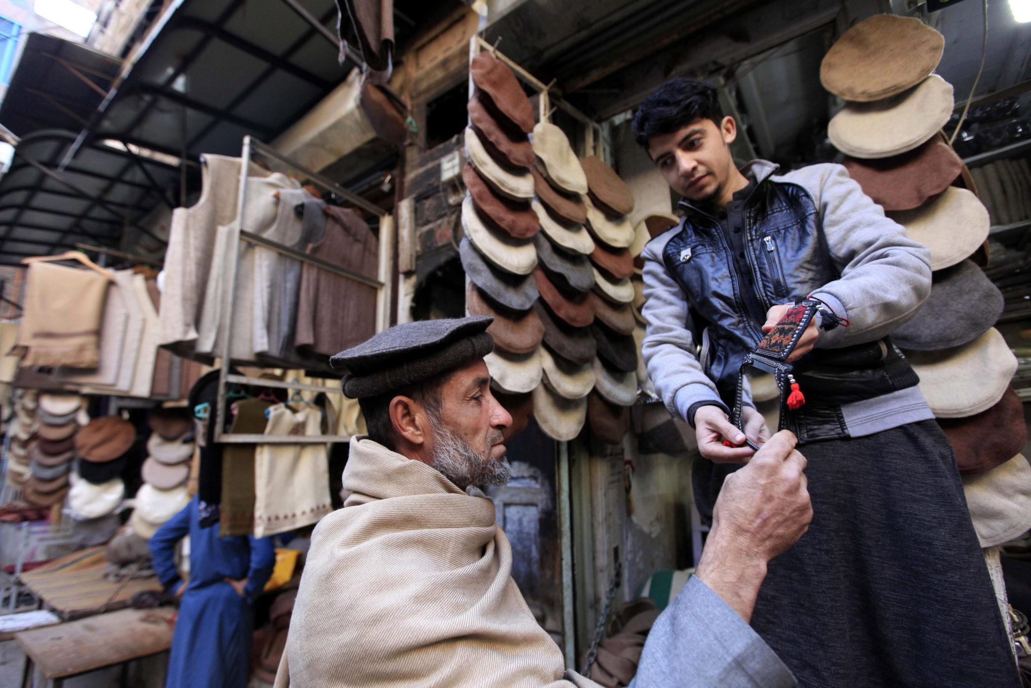 Pakistan: stragan z tradycyjnymi pakistańskimi czapkami chitrail w Peshawar (foto. PAP/EPA/BILAWAL ARBAB)