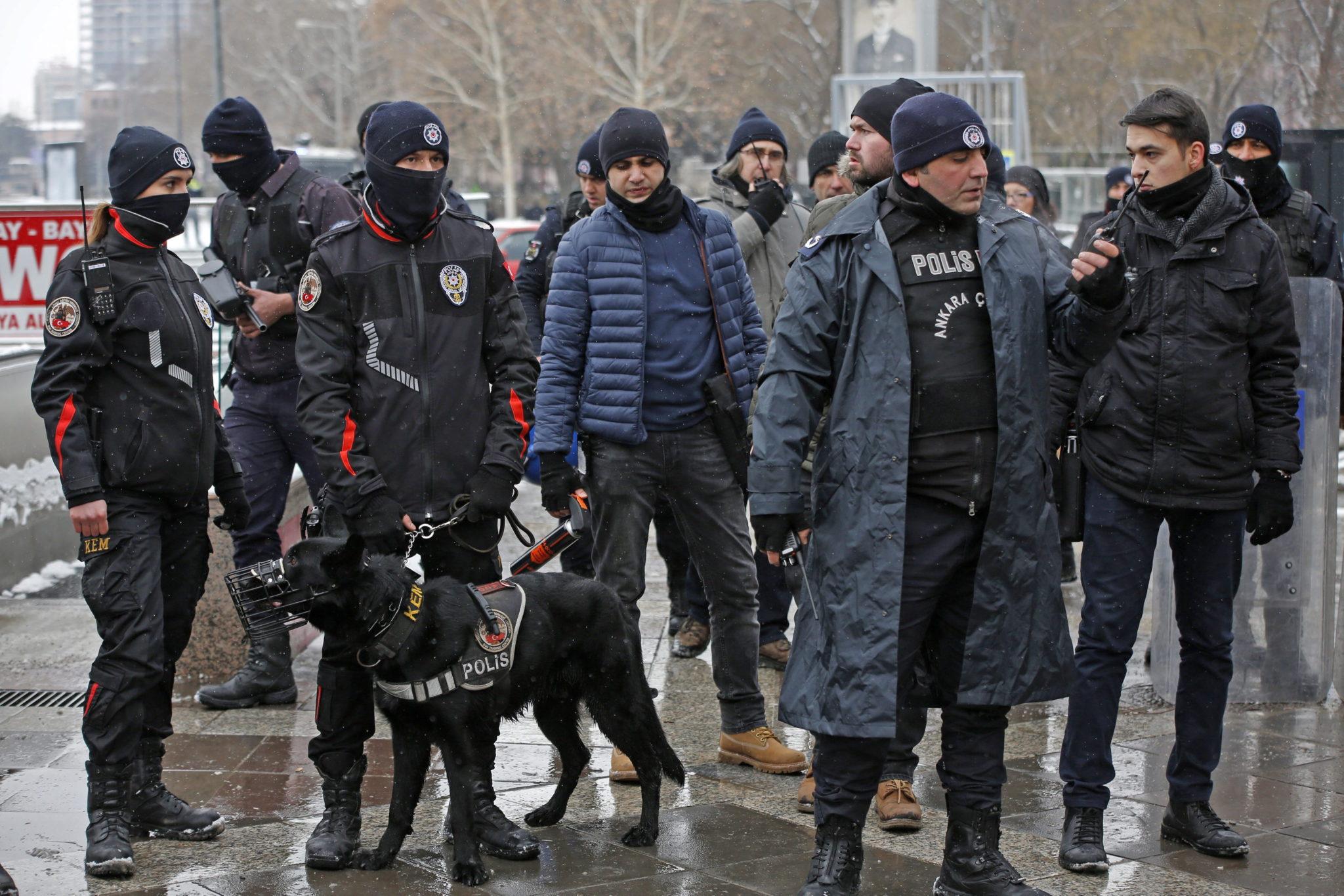 Ankara: zamieszki spowodowane zmianą konstytucji w Turcji (foto. PAP/EPA/TUMAY BERKIN)