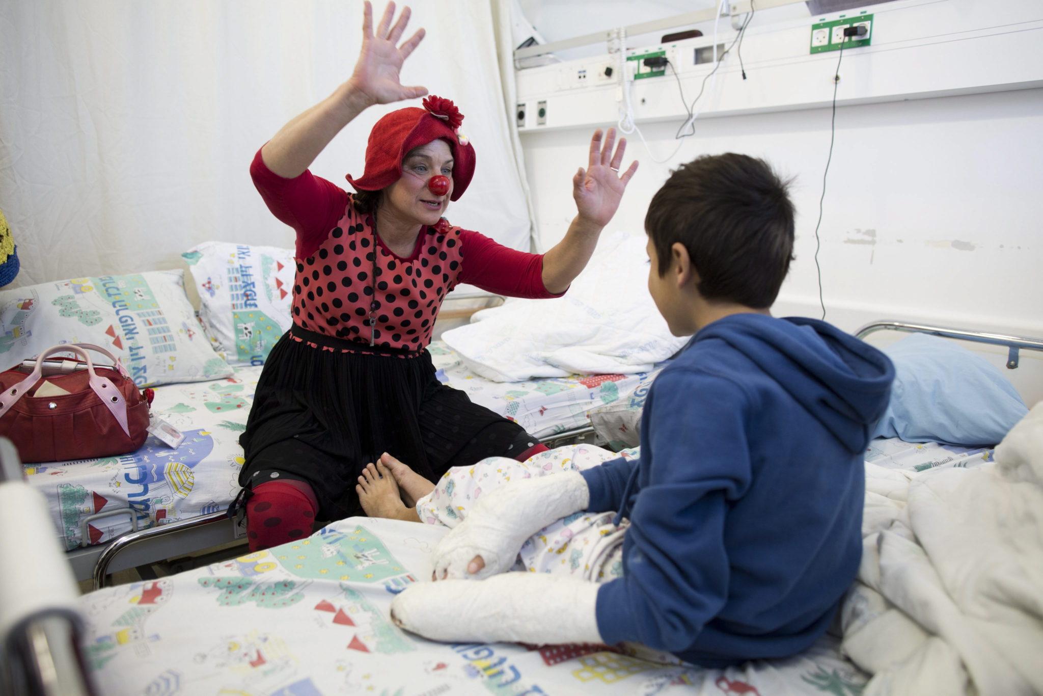 Izrael: klaun odwiedzający małych Syryjczyków w Centrum Medycznym w Safed (foto. PAPEPA/ABIR SULTAN)