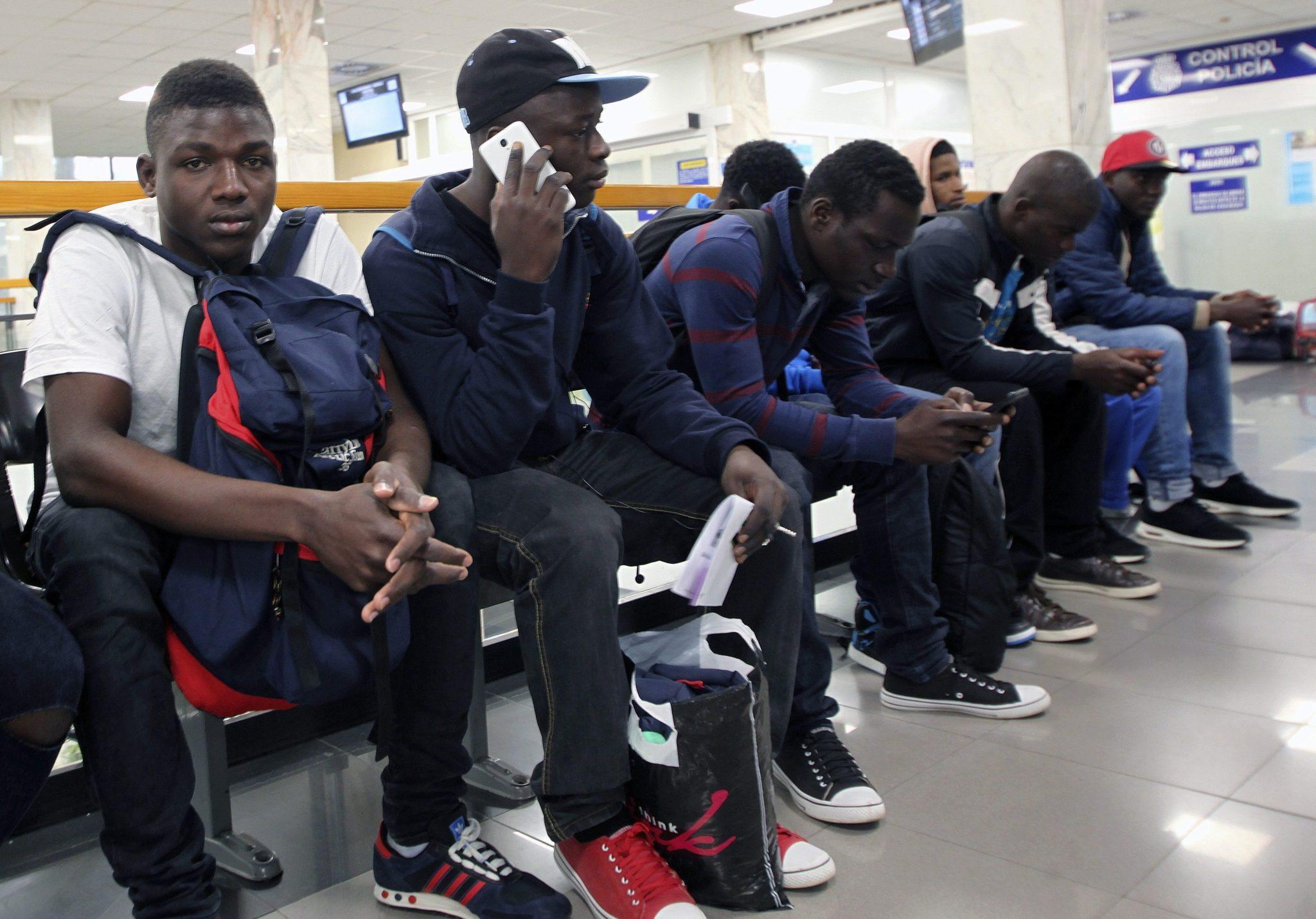 Hiszpania: deportacja nielegalnych imigrantów w Ceuta (foto. PAP/EPA/REDUAN)