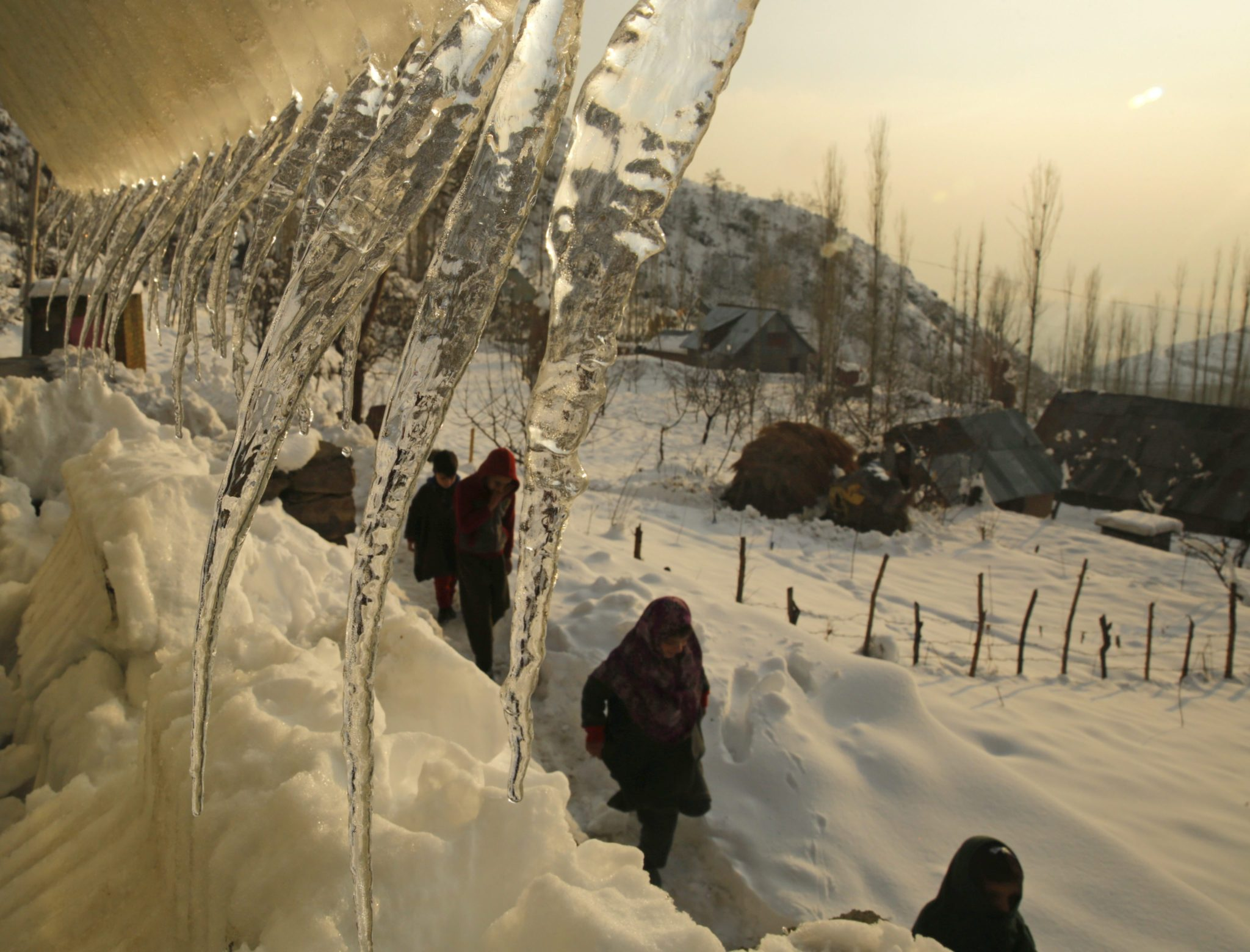 Indie: atak zimy w Kaszmirze (foto. PAP/EPA/FAROOQ KHAN)
