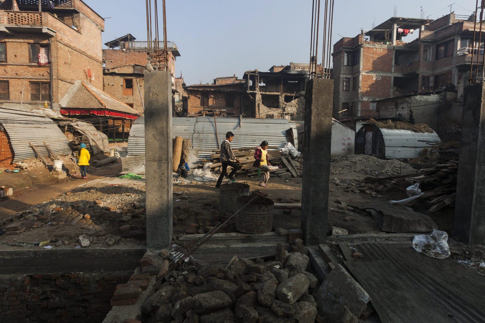 Nepal: odbudowa miasta Bhatkapu po trzęsieniu ziemi (foto. PAP/EPA/HEMANTA SHRESTHA)