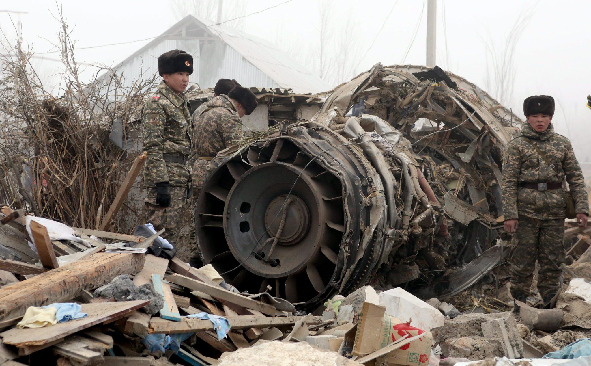 Kirgistan: katastrofa tureckiego samolotu transportowego. Samolot spadł na zabudowania 30 km od stolicy kraju (foto. PAP/EPA/IGOR KOVALENKO)