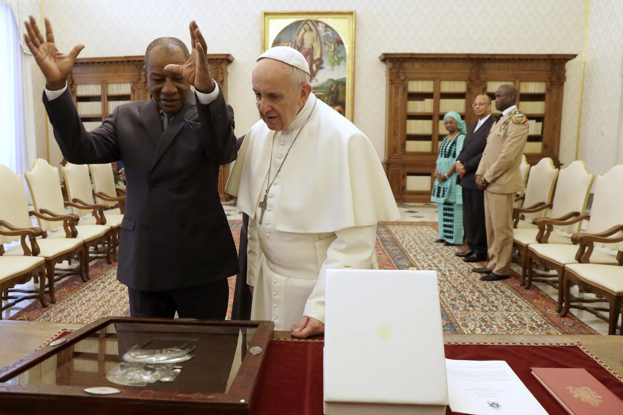 Watykan: wizyta prezydenta Gwinei Alpha Conde u papieża Franciszka (foto. PAP/EPA/GREGORIO BORGIA)