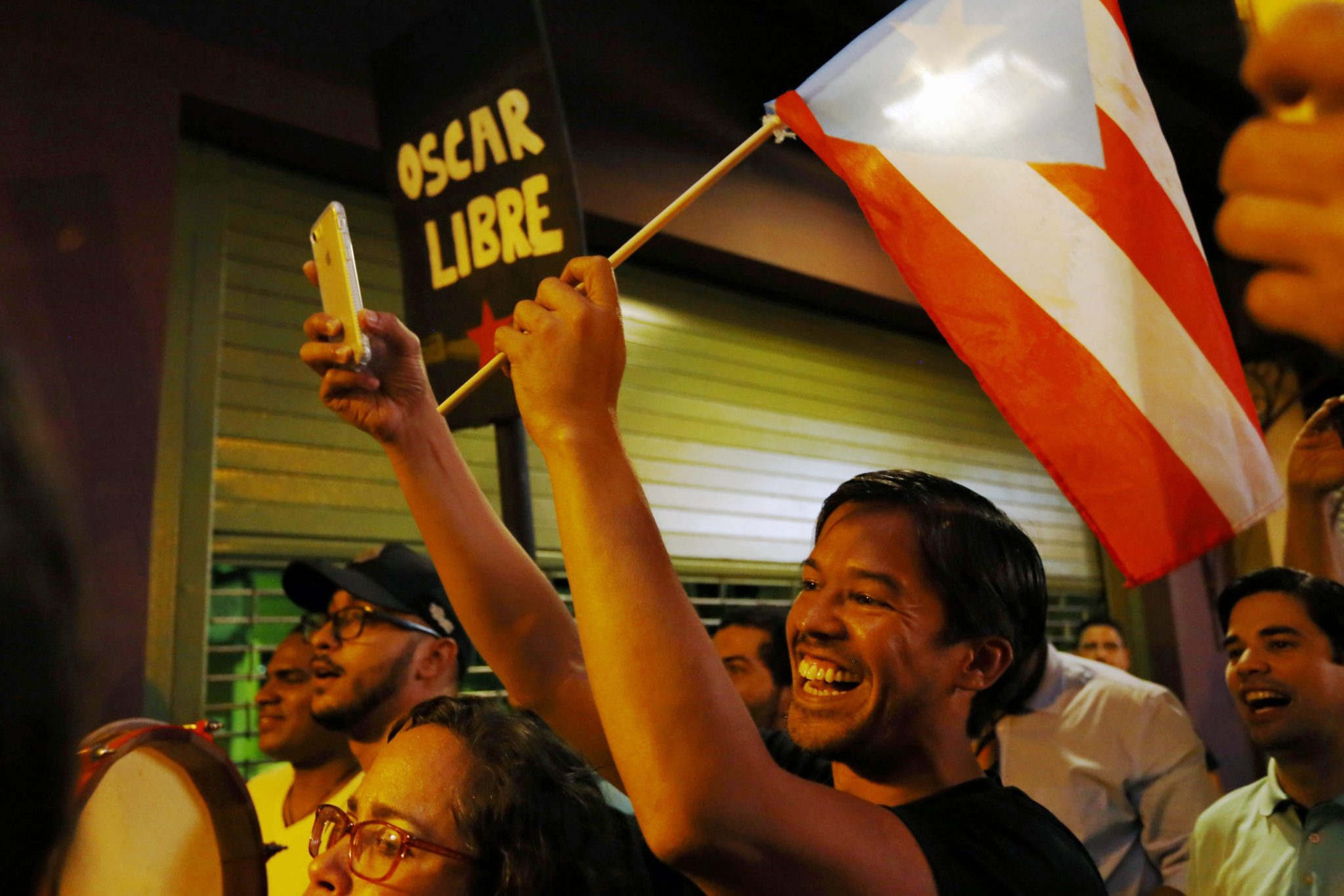 Puerto Rico: radość na ulicach San Juan, której powodem jest informacja dotycząca złagodzenia kary przez administrację Baraka Obamy, dla walczącego o niepodległość kraju Oscara Lopeza Rivery (foto. PAP/EPA/THAIS LLORCA )