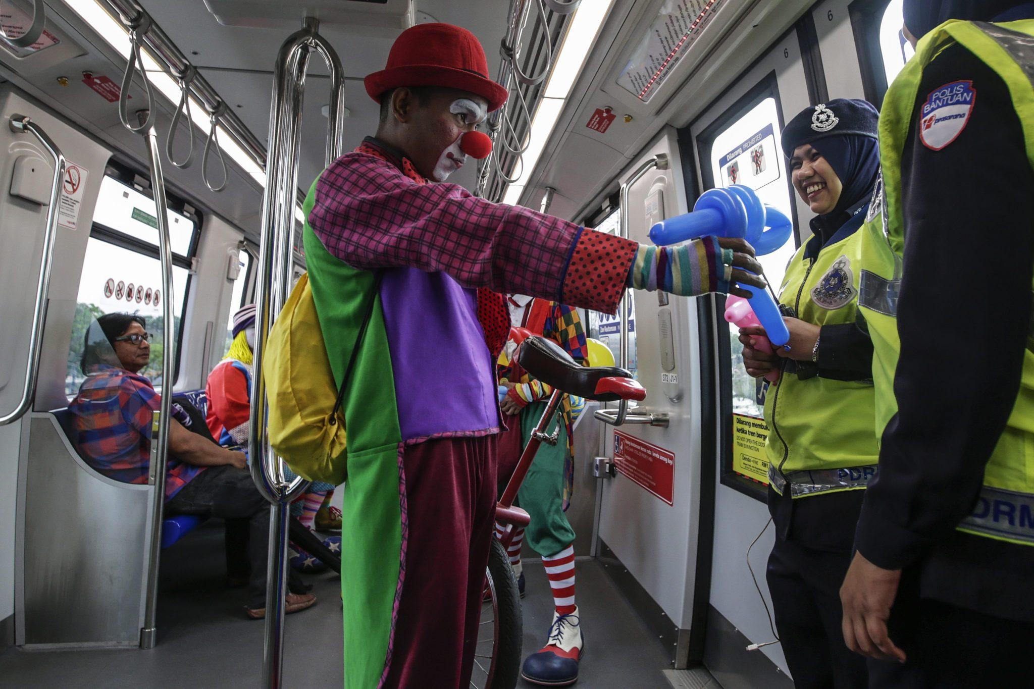 Malezja: klaun zbierający datki na leczenie dzieci z nowotworem w Kuala Lumpur (foto. PAP/EPA/FAZRY ISMAIL)