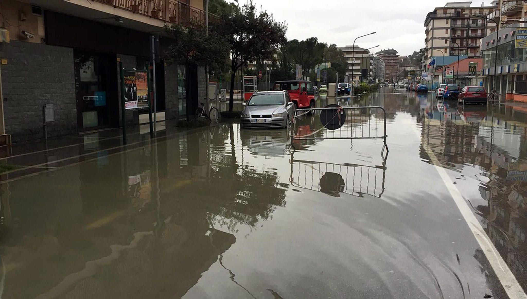 Włochy: powódź w miejscowości Pescara w środkowej części kraju (foto. PAP/EPA/PAOLO RENZETTI)