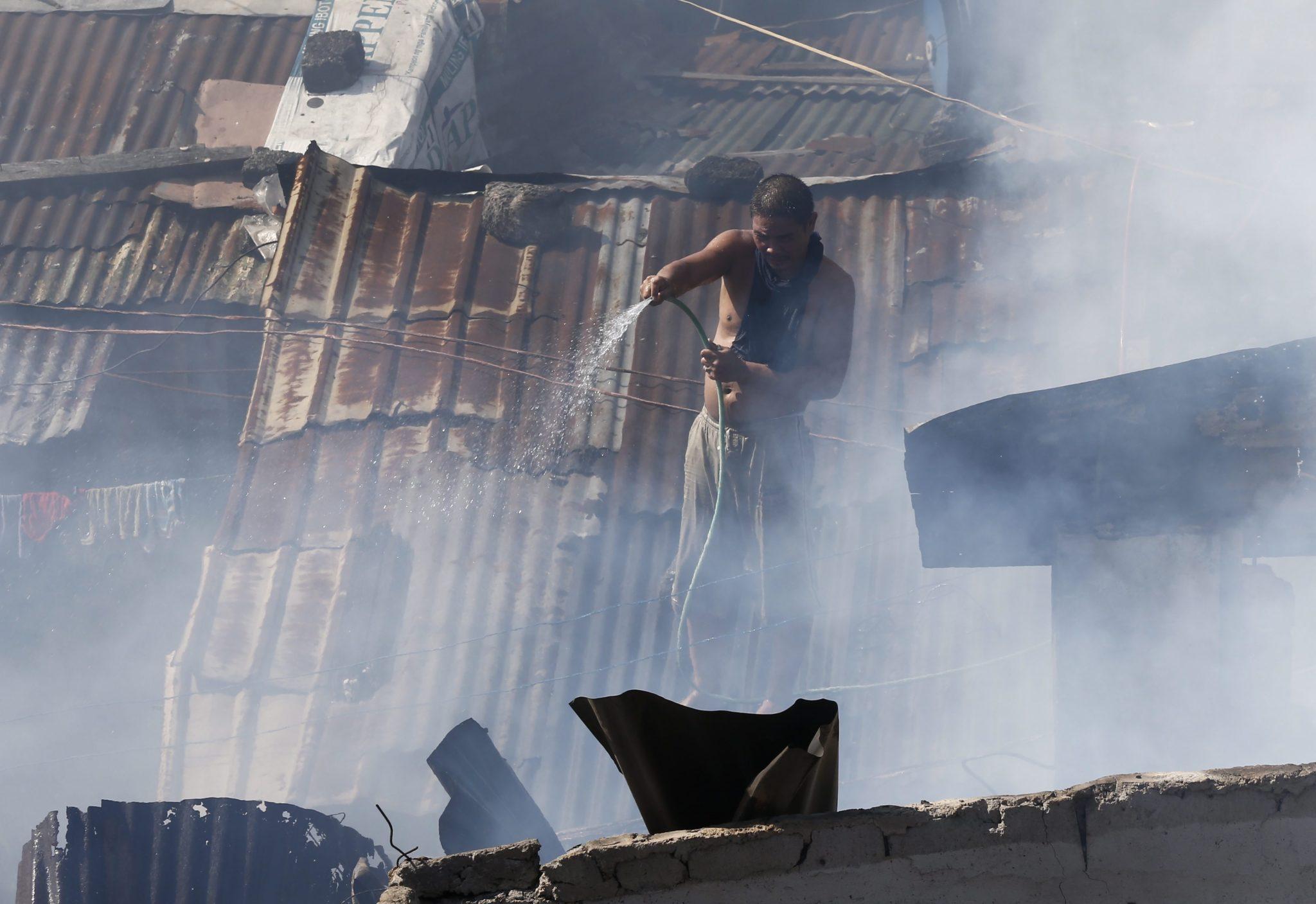 Filipiny: pożar dzielnicy mieszkalnej w Quezon (foto. PAP/EPA/ROLEX DELA PENA)