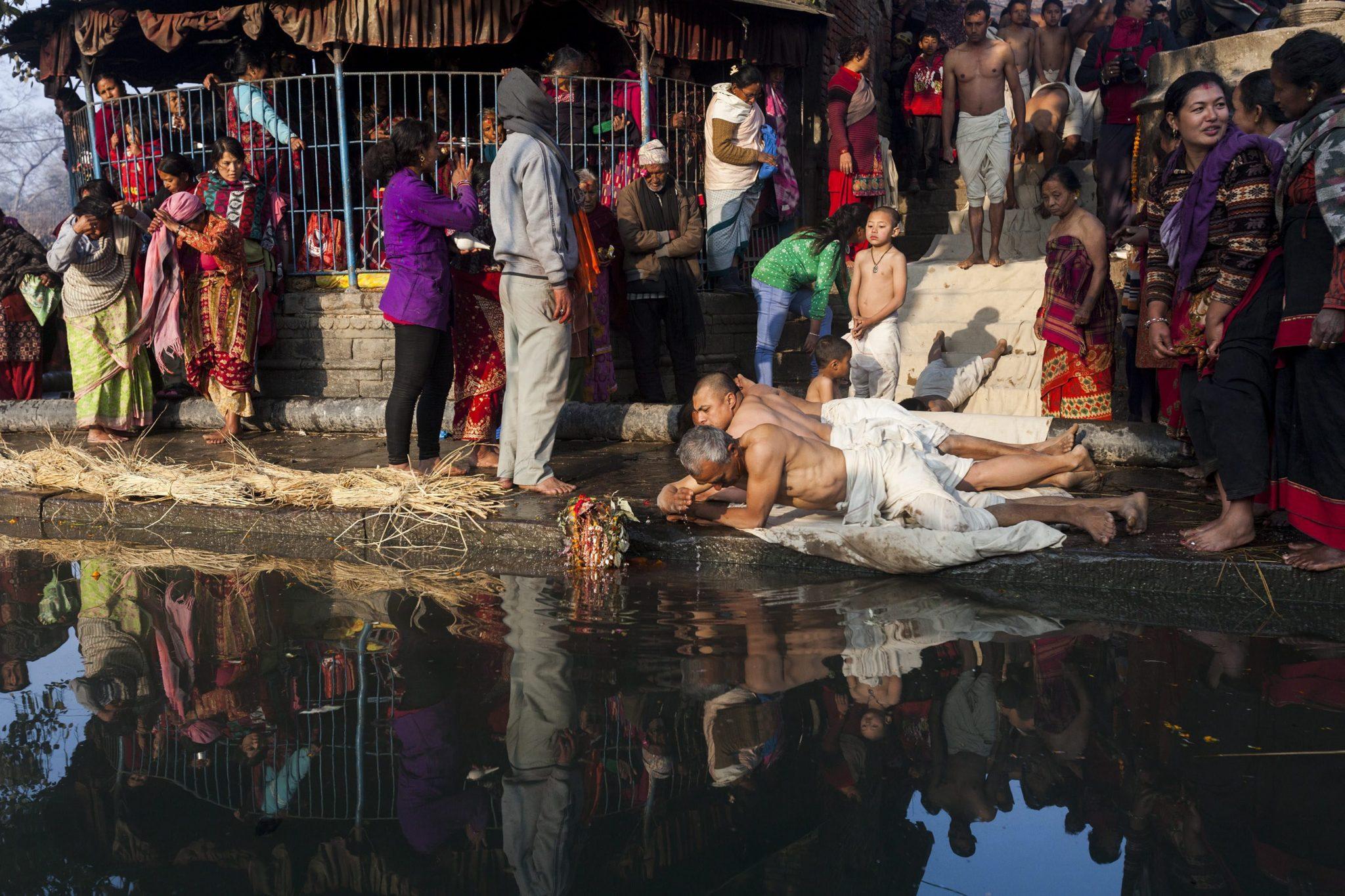 Nepal: obchody święta Madhav Narayan w Bhaktapur, ku czci Śiwy, jednego z najistotniejszych dewów w hinduizmie (foto. PAP/EPA/HEMANTA SHRESTHA)