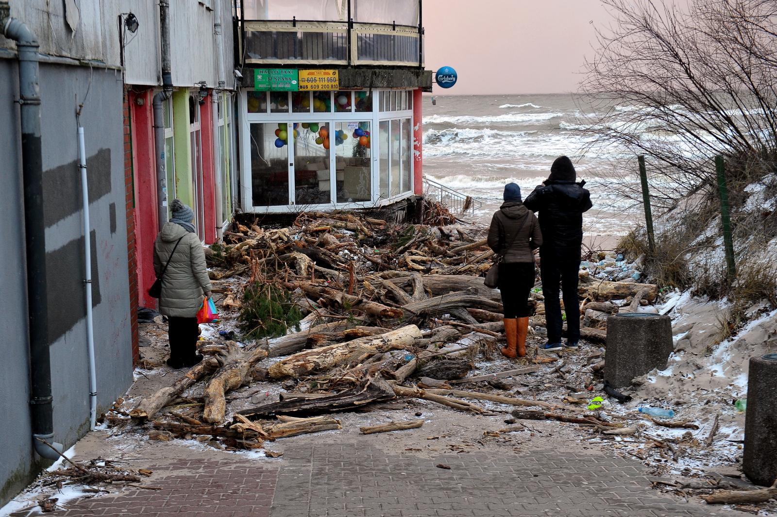 Zniszczenia na linii brzegowej z Bałtykiem po sztormie. Fot. PAP/Marcin Bielecki