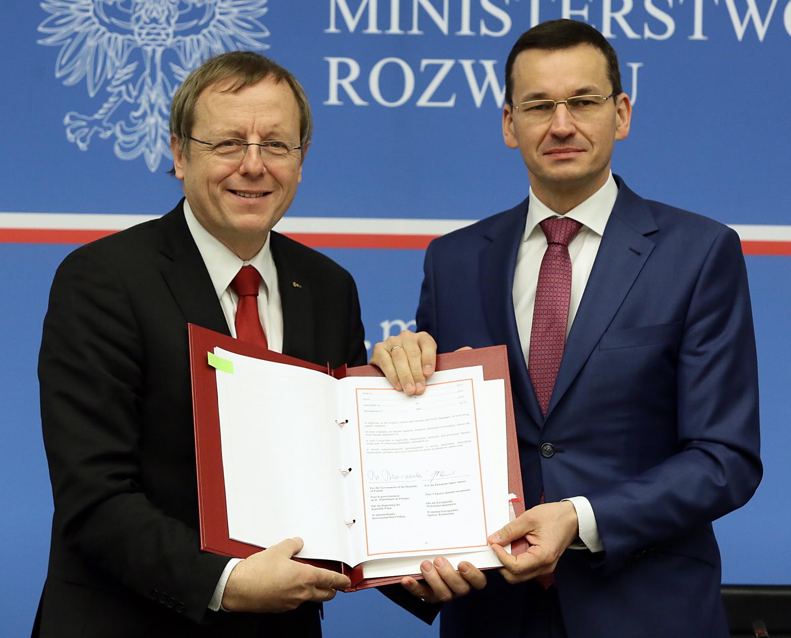 Wicepremier, minister rozwoju i finansów Mateusz Morawiecki oraz dyrektor generalny Europejskiej Agencji Kosmicznej Johann-Dietrich