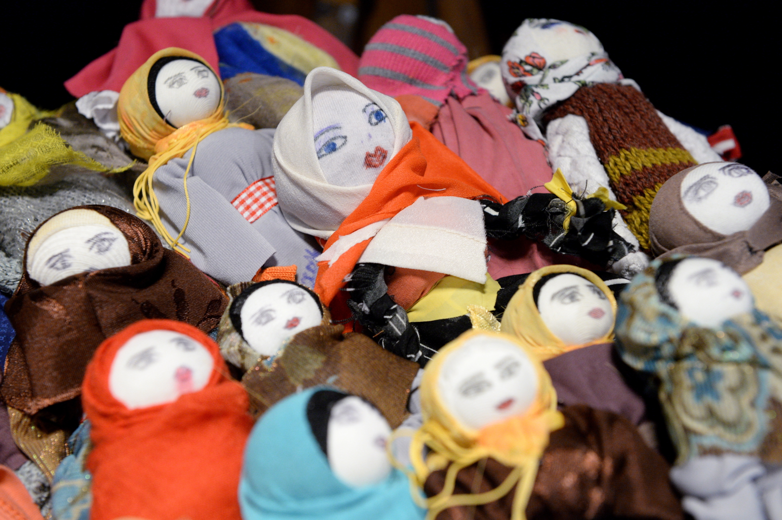 Lalki-muzułmanki sprzedawane w jednej z warszawskich księgarni. Zostały wykonane przez dzieci i ich mamy, które koczują od kilku miesięcy na dworcu w Brześœciu. Wszystkie pieniądze ze sprzedaży lalek będą przeznaczone na pomoc czeczeńskim rodzinom z dworca w Brzeœściu. Fot. PAP/Jacek Turczyk