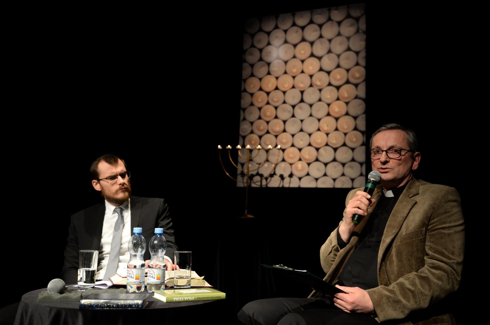 Rabin Grzegorz Szychowski i ksiądz Grzegorz Michalczyk podczas żydowskiej modlitwy wieczornej
