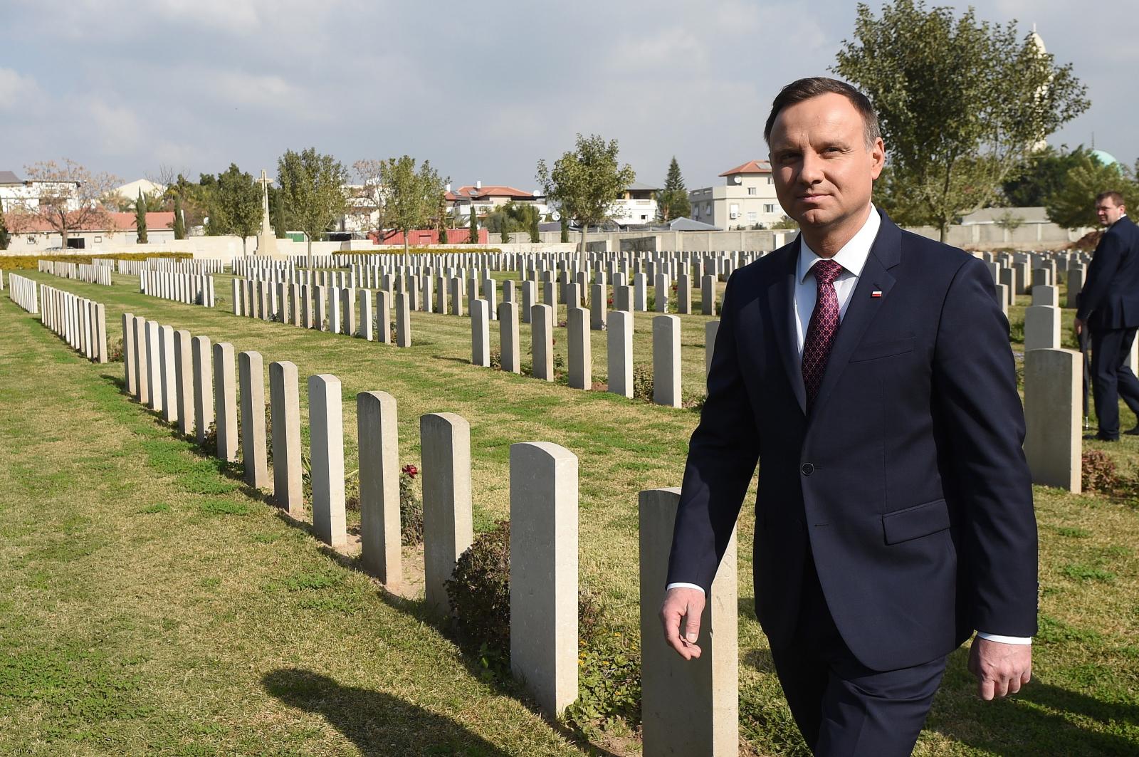 Prezydent RP Andrzej Duda na brytyjskim cmentarzu wojennym w Ramli, gdzie znajduje się 272 polskich grobów żołnierskich z lat 1940-47. Fot. PAP/Radek Pietruszka
