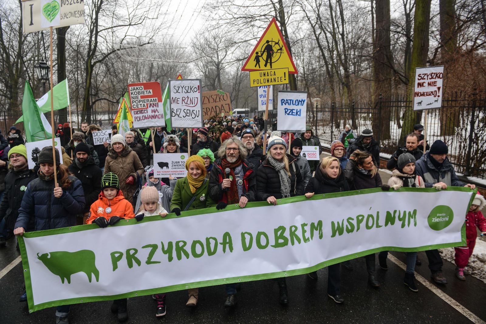 Uczestnicy Marszu w Obronie Polskiej Przyrody, który przeszedł spodAgrykoli pod KPRM w Warszawie. Fot. PAP/Jakub Kamiński