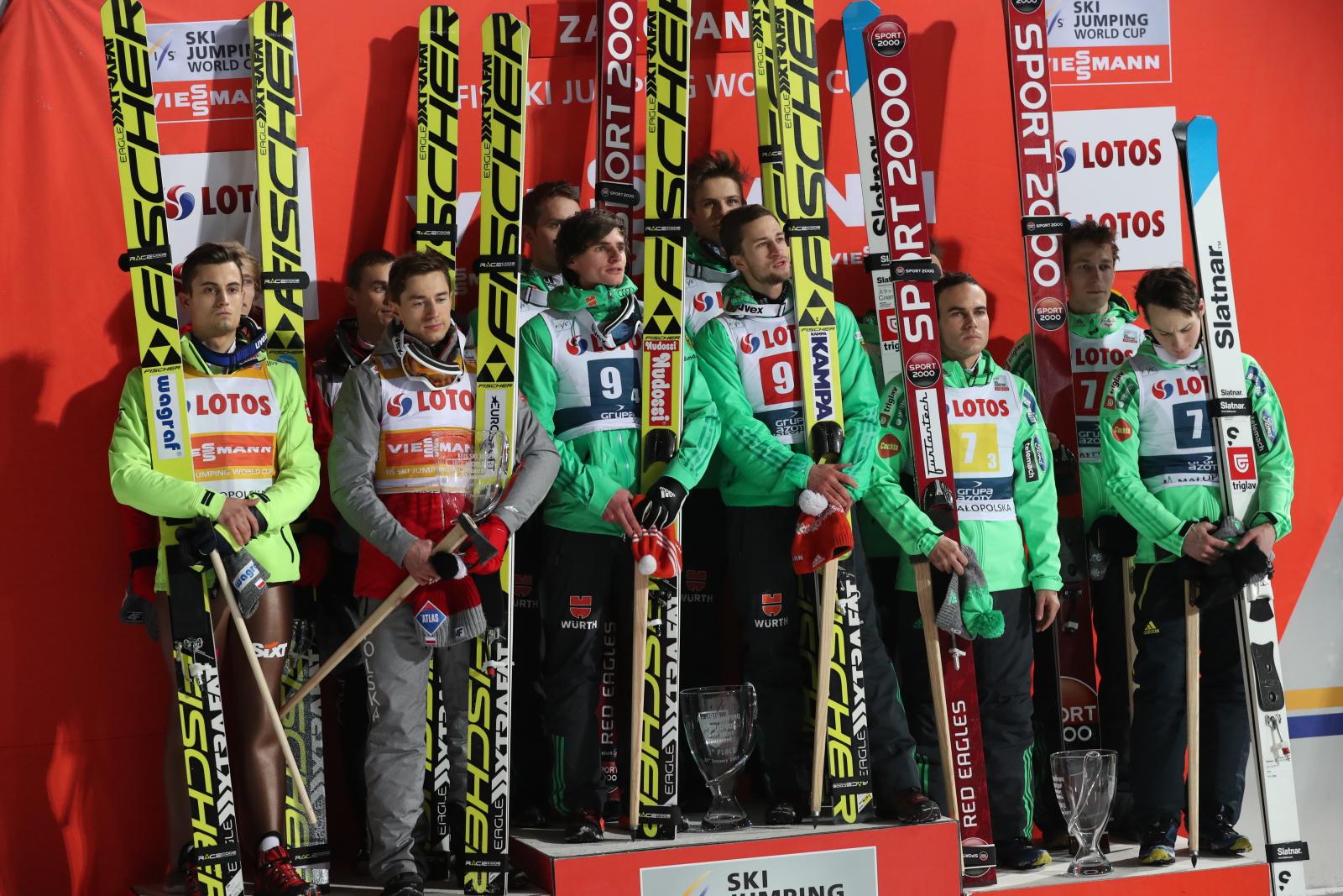 Polacy - Kamil Stoch, Piotr Żyła, Dawid Kubacki i Maciej Kot na drugim stopniu podium podczas ceremonii dekoracji zwycięzców konkursu drużynowego Pucharu ŒŚwiata w skokach narciarskich w Zakopanem.  Zwyciężyli Niemcy, a trzecie miejsce zajęła drużyna Słowenii. Fot. PAP/Grzegorz Momot