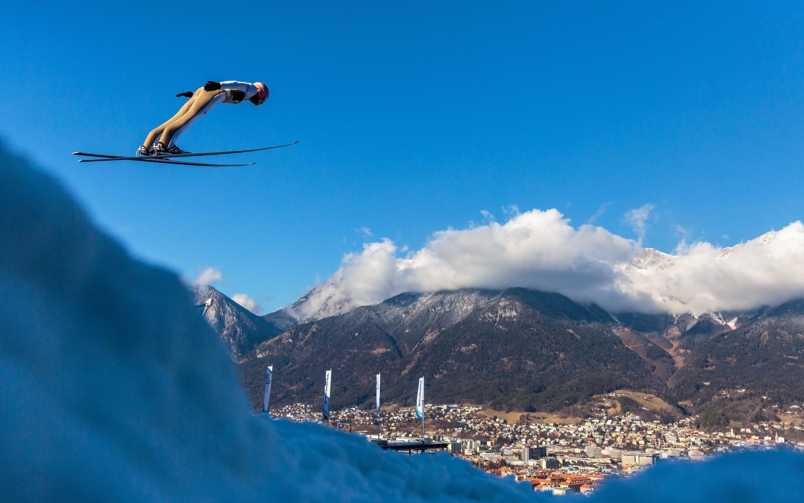 Dawid Kubacki podczas skoków próbnych w Innsbrucku.