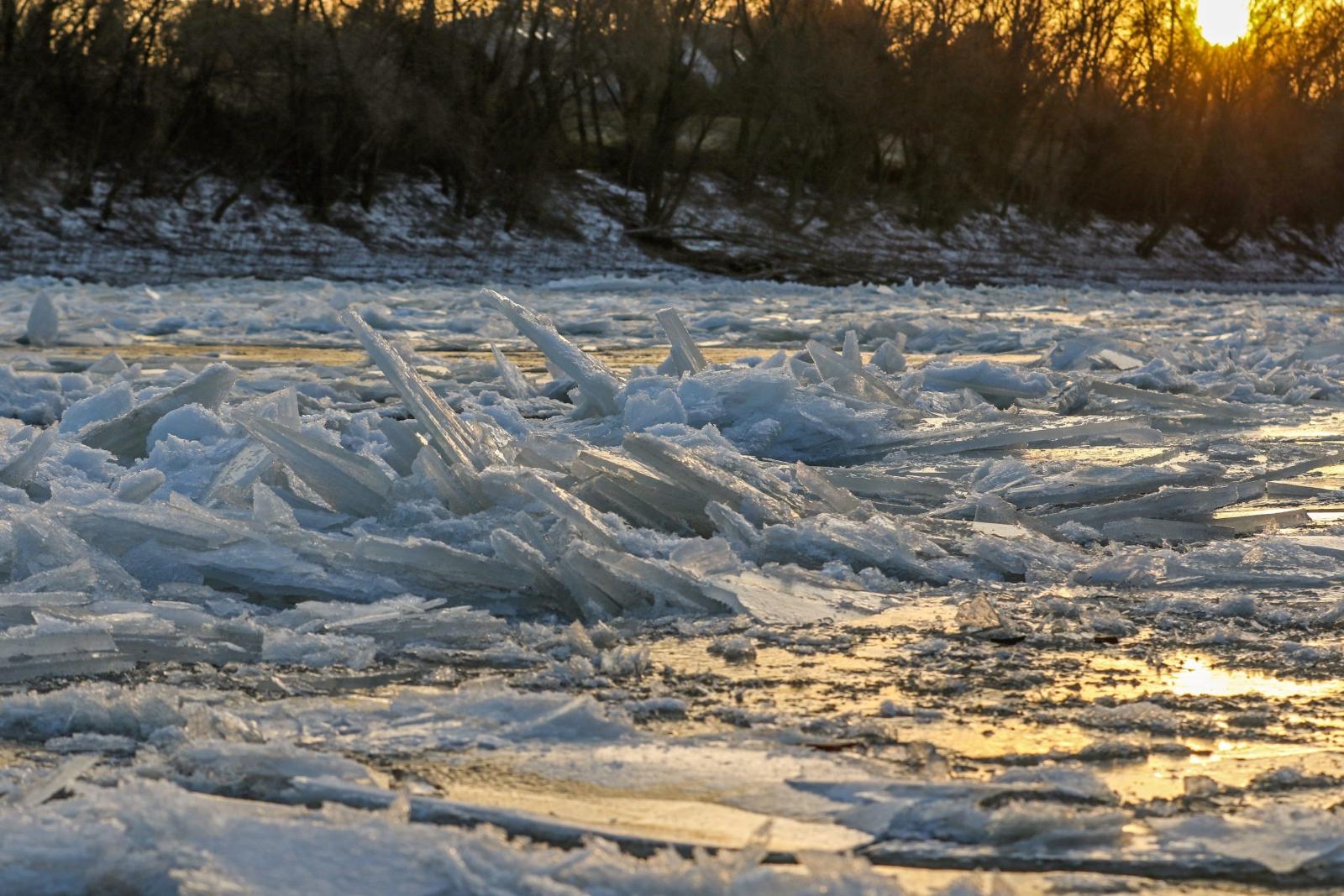 Połamany lód w miejscowości Szolnok, 100 km na południe od Budapesztu, Węgry.