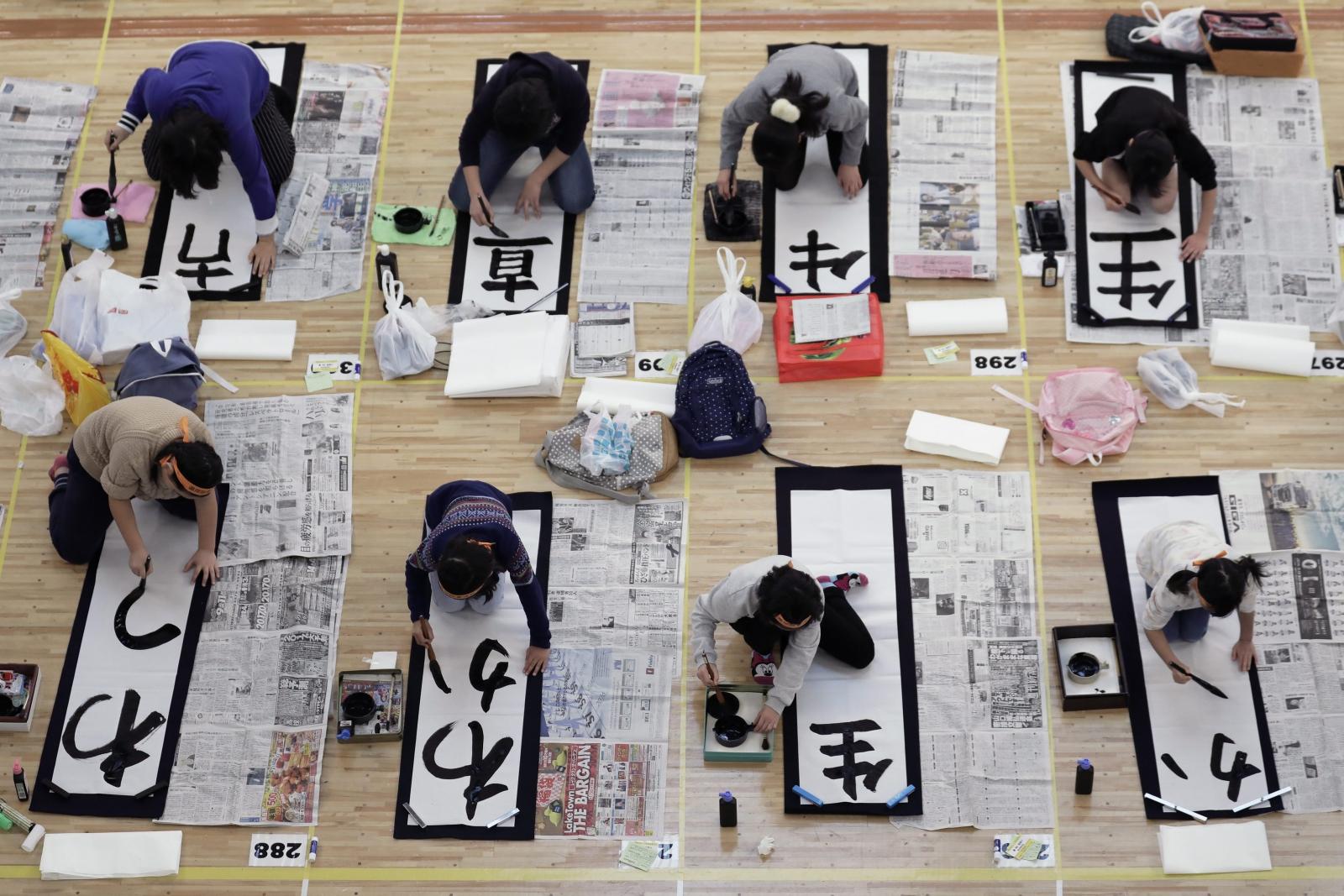 Jak co roku w Tokio w Japonii z okazji Nowego Roku miał miejsce konkurs kaligrafii. Uczestniczyło w nim ok. 3tys. osób. Fot. PAP/EPA/KIYOSHI OTA