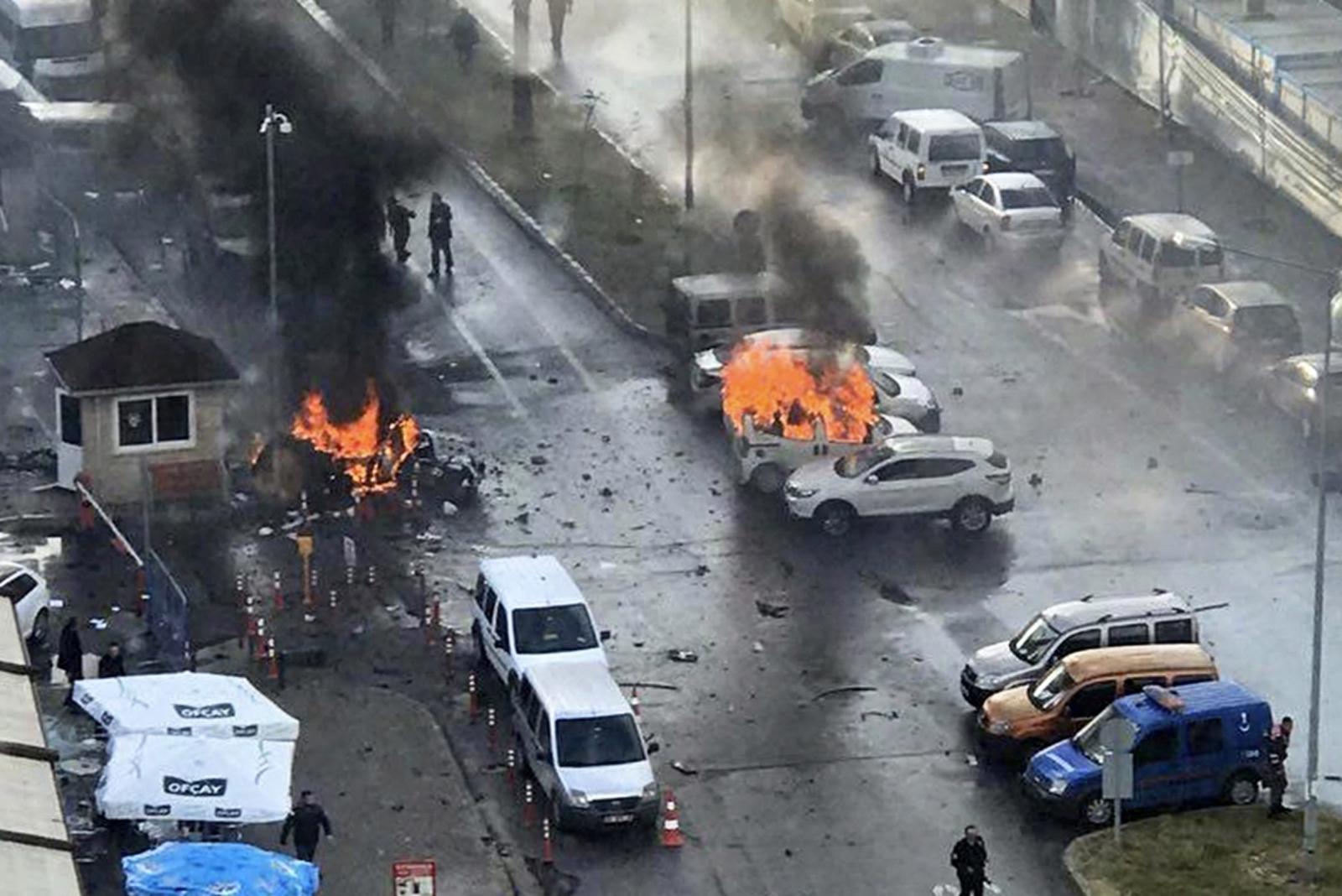 Wybuch samochodu pułapki w Turcji. 10 osób jest rannych.  Fot. PAP/EPA/STR BEST QUALITY AVAILABLE