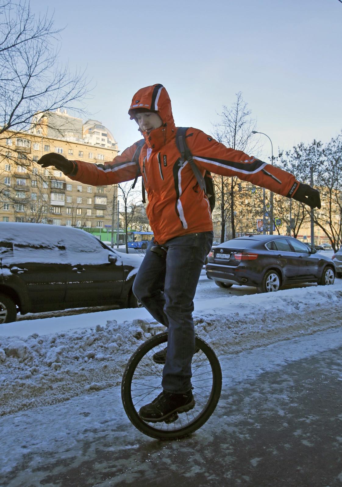 Zimowa parada rowerowa w Moskwie. Fot. PAP/EPA/SERGEI CHIRIKOV