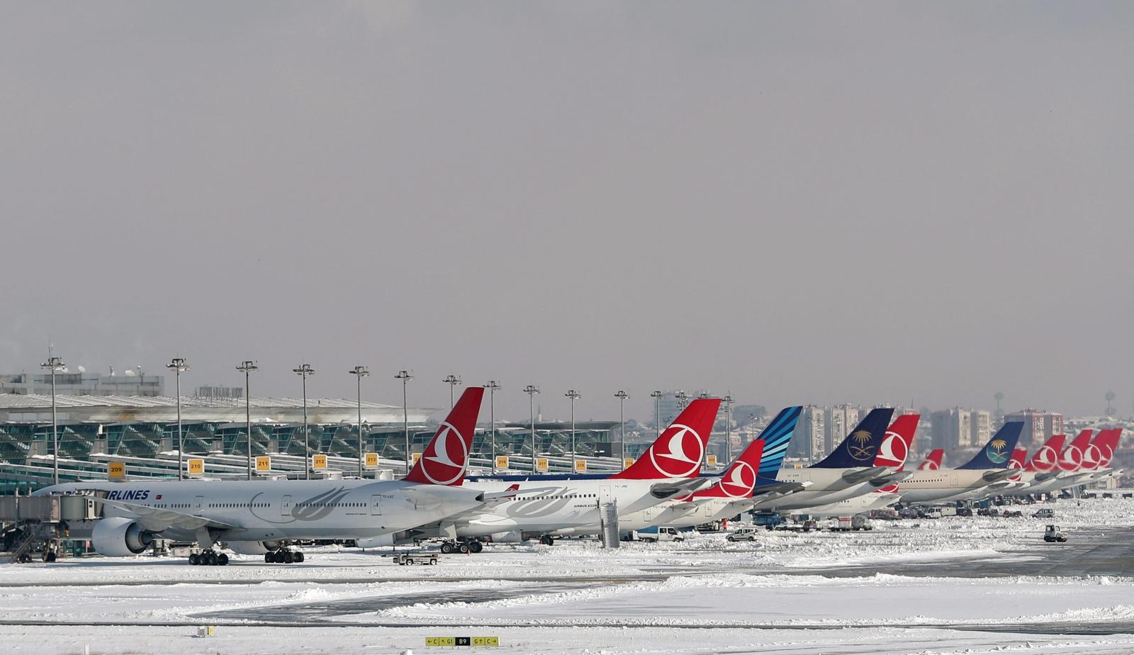Z powodu pogody wstrzymano dziś wiele lotów. Fot. PAP/EPA/SEDAT SUNA