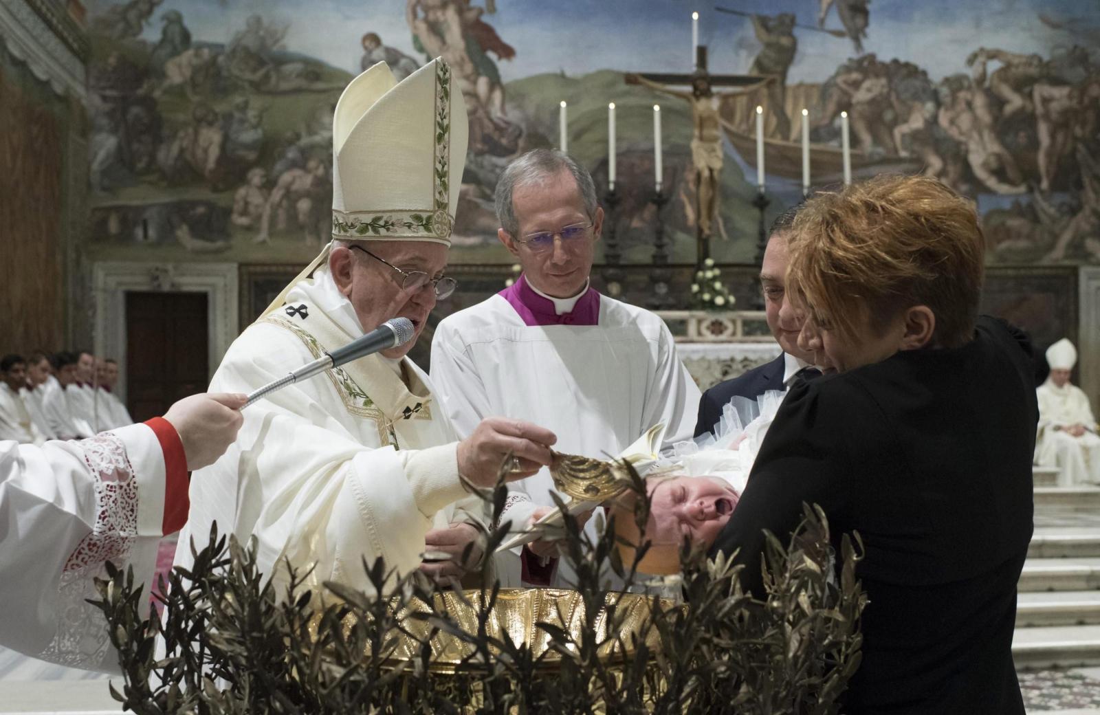 Papież ochrzcił dziś 28 dzieci. EPA/L'OSSERVATORE ROMANO HANDOUT