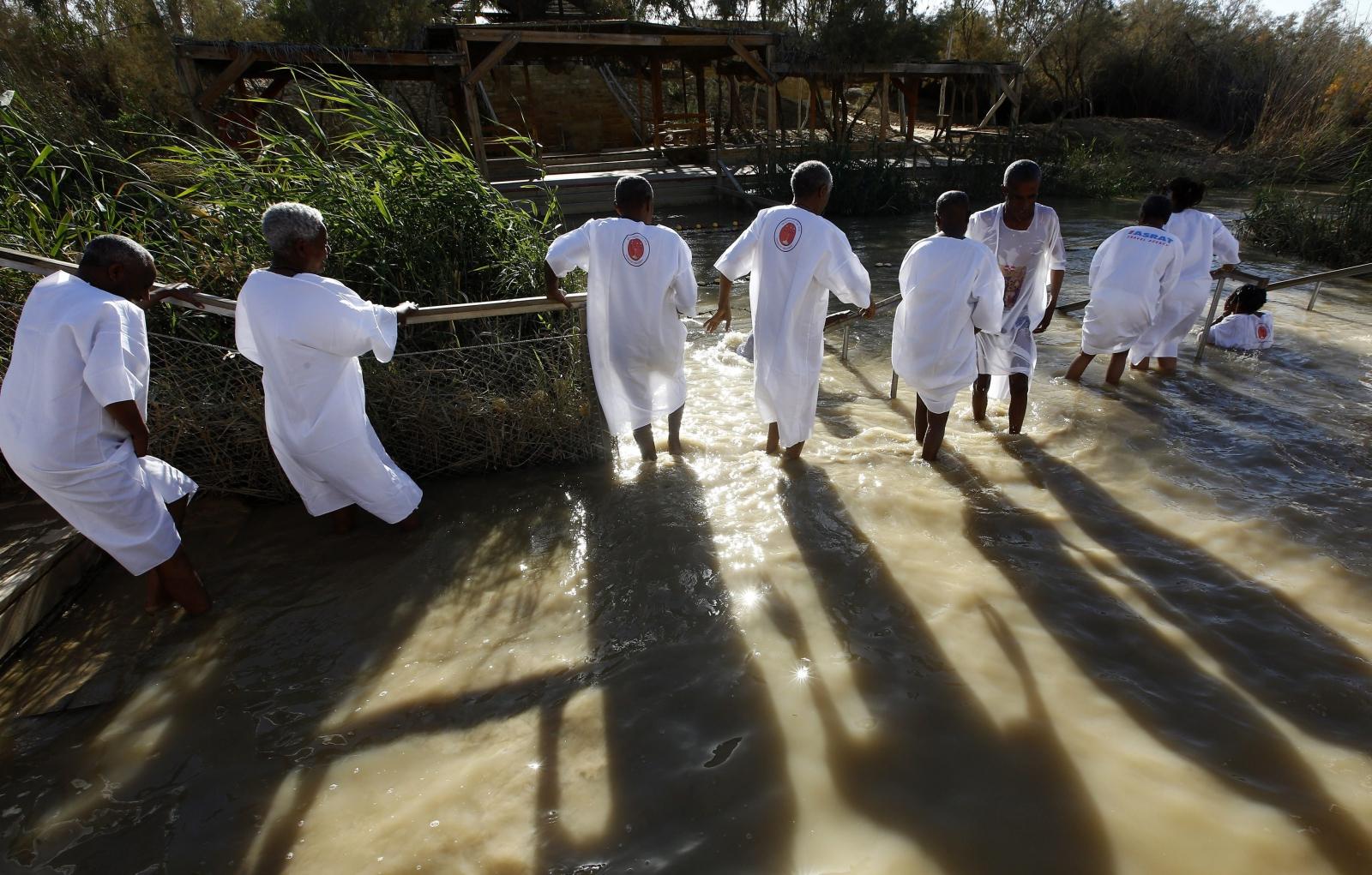 Chrześcijanie z Etiopii otrzymali chrzest nad rzeką Jordan. Fot. PAP/EPA/ALAA BADARNEH