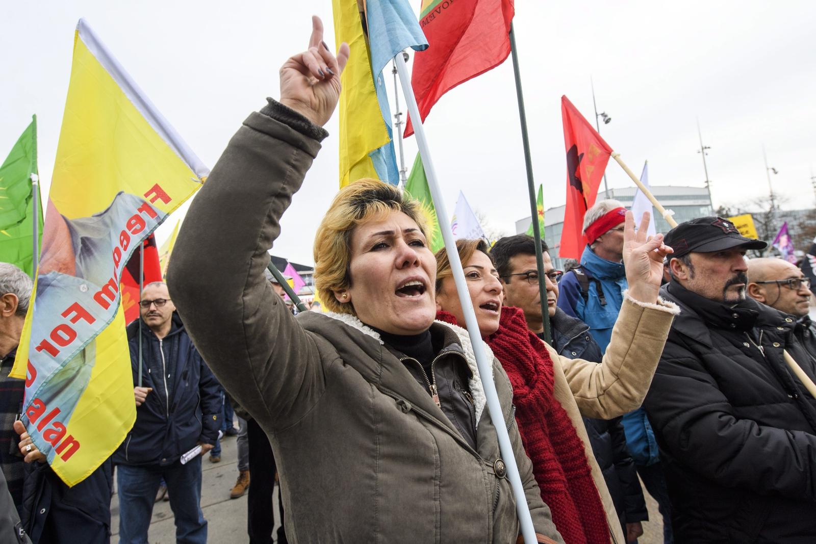 Wszwajcaria: demonstracja przeciwko prezydenowi Turcji, Tayyip Erdogan podczas rozmów pokojowych między przedstawicielami Cypru i Turcji. Fot. PAP/EPA/MARTIAL TREZZINI